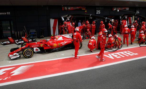 Kimi Räikkönen putosi lopussa Britannian GP:n kolmanneksi.