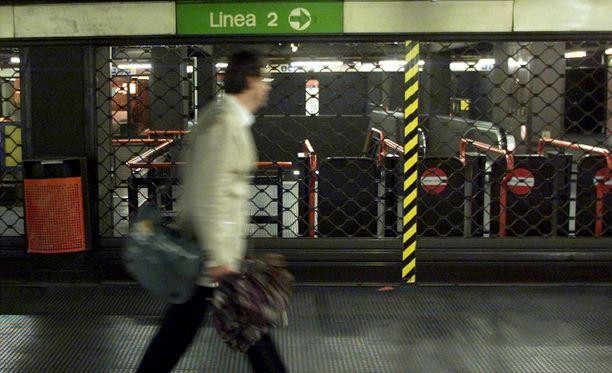 Milanossa sijaitseva metroasema suljettiin maanantaina pommiuhan vuoksi.