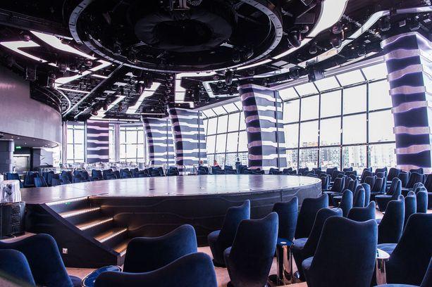 Cirque de Soleil -ryhmää varten varustettu teatteri laivan perässä. Aluksella on myös toinen teatteri, johon mahtuu lähes 1 000 katsojaa.