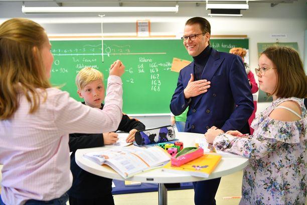 Prinssi Daniel vieraili kahdessa suomalaiskoulussa keskiviikkona.