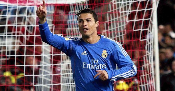 Real Madridin Cristiano Ronaldo on tänä vuonna suurin suosikki Kultaisen pallon saajaksi. Lusitaanille on suotu kunnia kerran, 2008. Neljä edellistä titteliä on mennyt Barcelonan Lionel Messille.