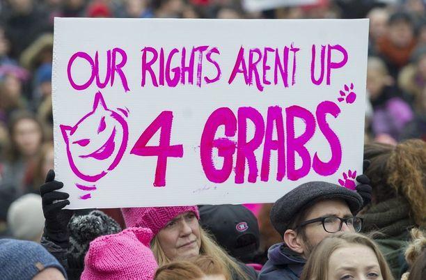 Nainen kantoi kylttiä marssilla Kanadan Montrealissa.