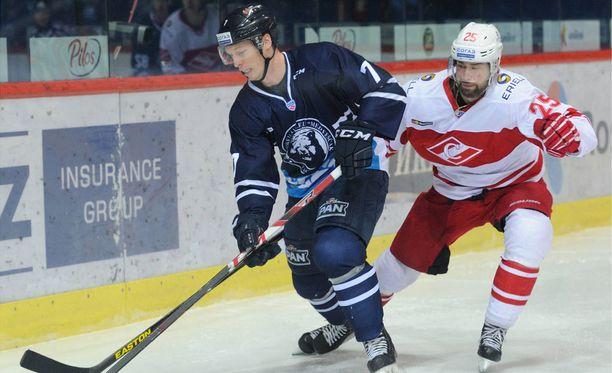 Blake Parlett (vasemmalla) siirtyy Zagrebista Tampereelle.
