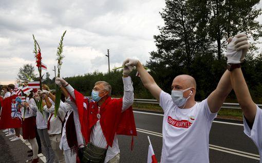 Kymmenet tuhannet ihmiset muodostivat 30 kilometrin mittaisen ihmisketjun Vilnasta Valko-Venäjän rajalle – vastaavia tempauksia ympäri Eurooppaa