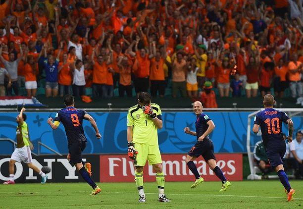 Salvadorin ilta oli oranssi. Robin van Persie, Arjen Robben ja Wesley Sneijder kirmaavat Oranje-kannattajien luokse ilakoimaan.