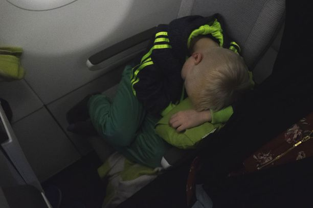 Pitkä lento Pariisista Shanghaihin on lapselle lyhyempi, kun tämän antaa nukkua.