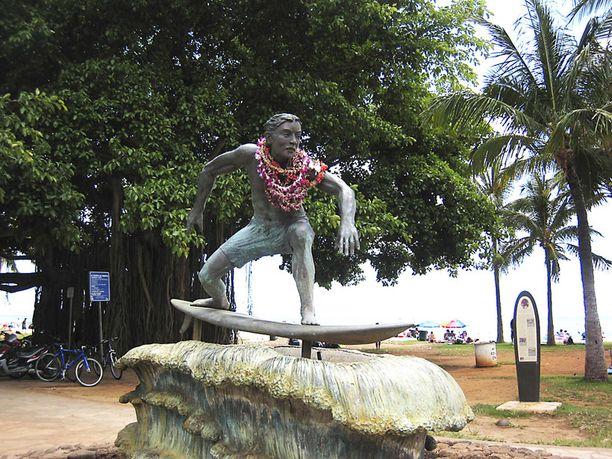 Duke Kahanamoku on surffauksen isä. Lei-seppeleillä halutaan kunnioittaa hänen muistoaan.