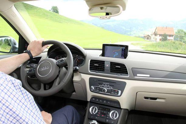 Parempaan, esiin nostettavalla näytöllä varustettuun radioon saa navigaattorin.