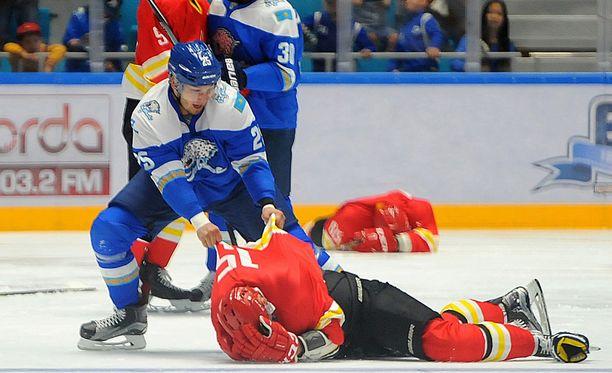 Damir Ryspajev hakkasi Red Star Kunlunin pelaajia 8. elokuuta pelatussa harjoitusottelussa.