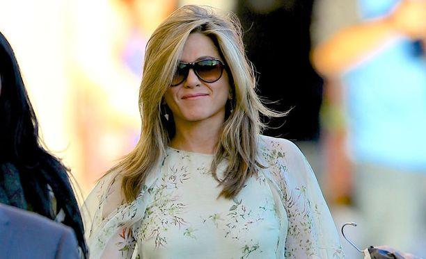 Jennifer Aniston yllätti jättitisseillä The Ellen DeGeneres -ohjelmassa