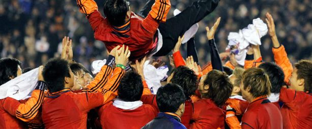 Japanin alle 23-vuotiaiden maajoukkue juhli olympialaisiin selviytymistä maaliskuussa.