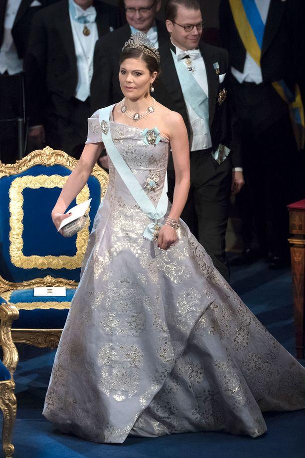 Victoria oli ruotsalaislehtien suosikki hopeanhohtoisella mekollaan.