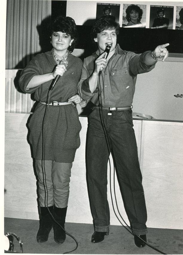 Uransa alussa 1983  Meiju esiintyi yhdessä toisen aikansa nousevan tähden Kake Randelinin kanssa. Yhä edelleen Meiju tykkää tehdä yhteistyötä kollegoidensa kanssa ja viihtyy myös teatteritöissä, joita on kertynyt vuodesta 1989.