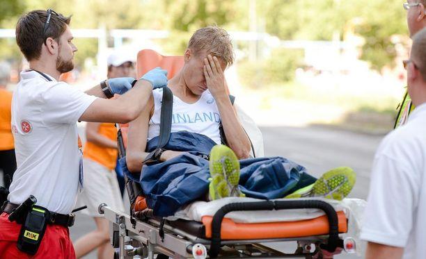 Aku Partasen kisaurakka päättyi ambulanssikyydillä ensiaputelttaan.