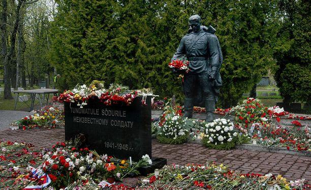 Tallinnan Pronssisoturi-patsaan siirto kuohutti Nashin tunteita.