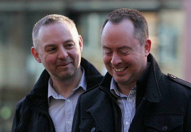 Martyn Hall ja Steven Preddy iloitsivat oikeuden päätöksen jälkeen.
