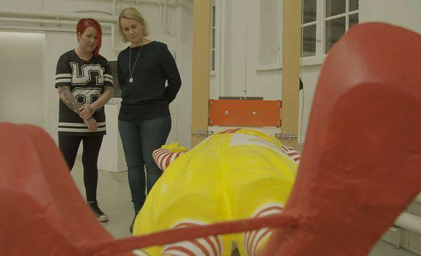 Annen lisäksi Ronald McDonaldia mukailevan taideteoksen kohtaa Heli. Tukena ja turvana Milja Ilkka.