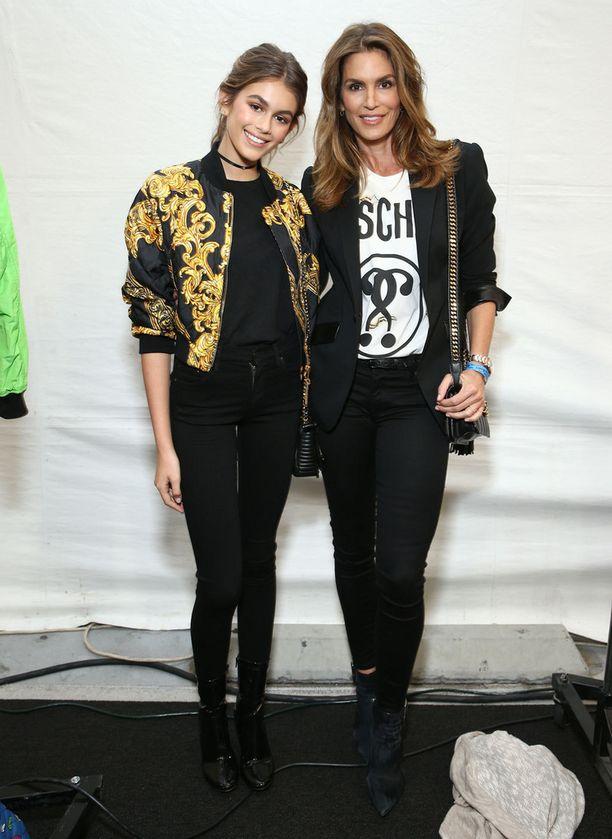 Kaia ja Cindy poseerasit yhdessä Voque Paris -lehden huhtikuun kansikuvassa.