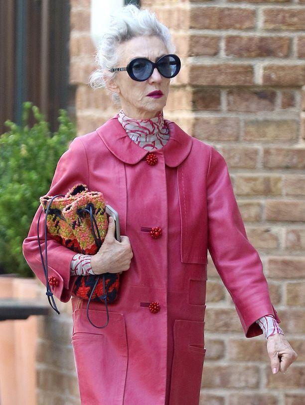 Linda Rodin pukeutuu värikkään näyttävästi.