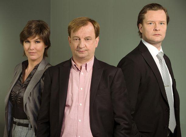 Hjallis Harkimon apuna Diili-ohjelmassa toimivat Helena Karihtala ja Keijo Säilynoja.