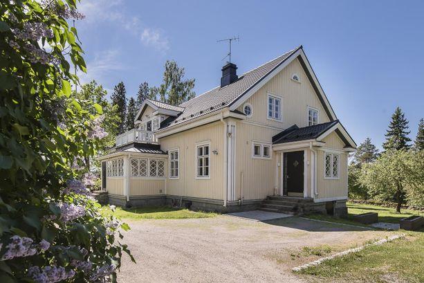 Kaarinassa sijaitsevan hevostilan kartanomainen päärakennus on rakennettu vuonna 1928. Laajasti remontoidussa hirsirakenteisessa kodissa on 9 huonetta.