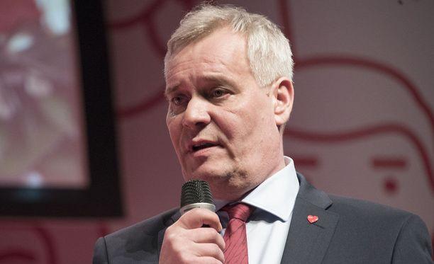 SDP:n puheenjohtaja, kansanedustaja Antti Rinne ei kannata perustuloa, vaan hehkuttaa Demarinuorten yleisturvaa sosiaaliturvan uudistamisessa.
