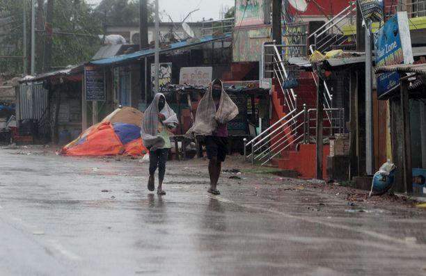 Sykloni riepotteli Paradeepin rantakaupunkia Intiassa.