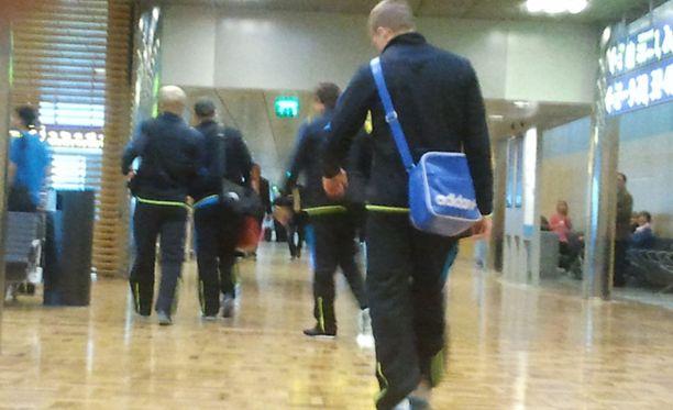 Helsinki-Vantaalla nähtiin tänä aamuna väsyneitä jalkapalloilijoita.