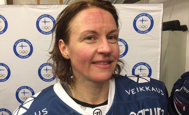 Riikka Välilä, 44, haluaa yhä kehittyä jääkiekkoilijana.