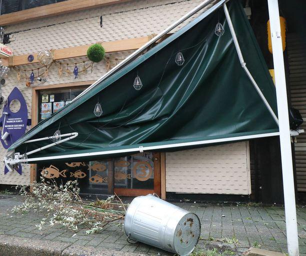 Aurinkosuoja romahti ravintolassa Nagoyassa.
