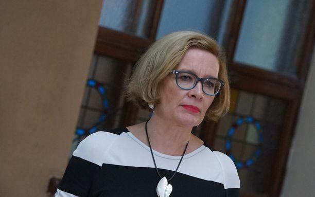 Paula Risikon mukaan on varmistettava rahojen riittäminen sosiaali- ja terveydenhuollon palveluihin sekä muihin kunnnan peruspalveluihin.