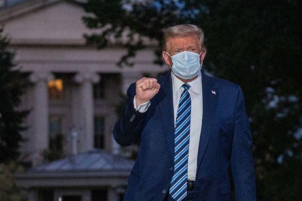 Trump palasi Valkoiseen taloon maanantai-iltana Walter Reedin sotilassairaalasta, jossa hän oli hoidettavana perjantai-illasta lähtien.