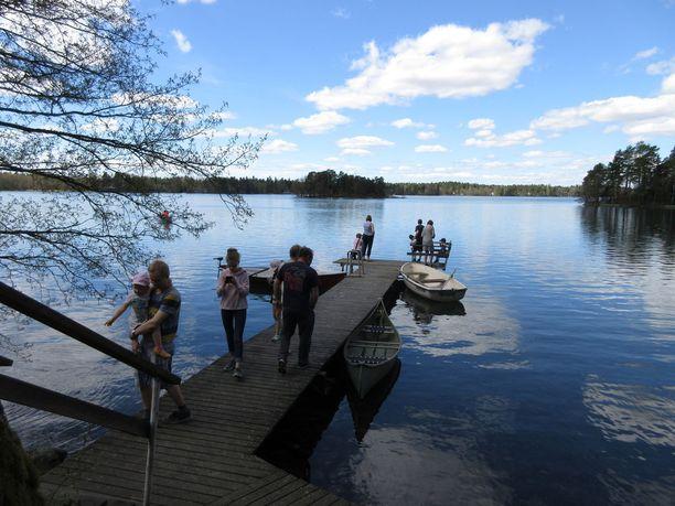 Kemiallisesti puhdistetusta puolentoista neliökilometrin järvestä tuli toukokuussa nähtävyys, mutta pian vesi alkoi taas sameta.