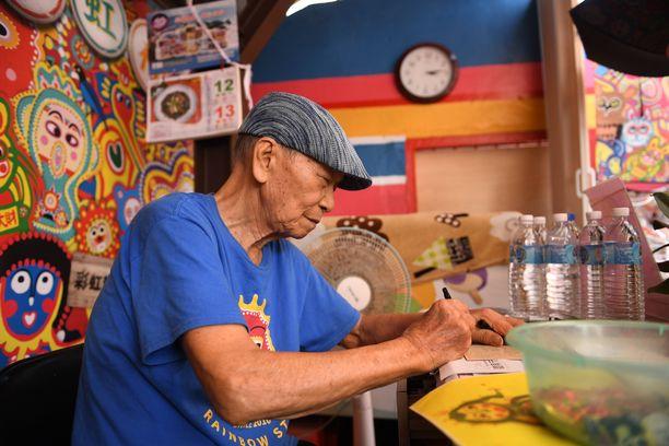 Huang Yong-fu kirjoittaa päivittäin nimikirjoituksia halukkaille. Maalaaminen jatkuu edelleen, vaikka nykyisin työskentelyn pääpaino onkin aiempien maalausten korjaamisessa ja vahvistamisessa.