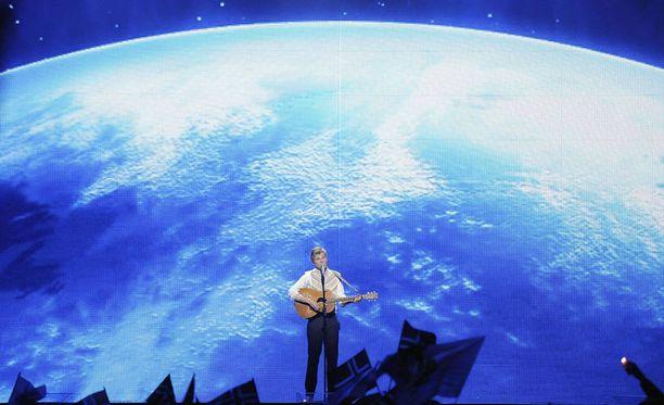 Paradise Oskarin herkkä balladi sai taustakseen pyörivän maapallon.