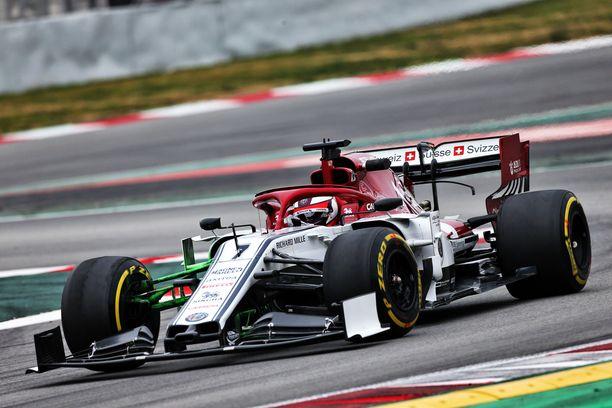 Kimi Raikkönen käskyttää Alfa Romeon mahtavaan vauhtiin keskiiviikkona Katalonian talvitesteissä.