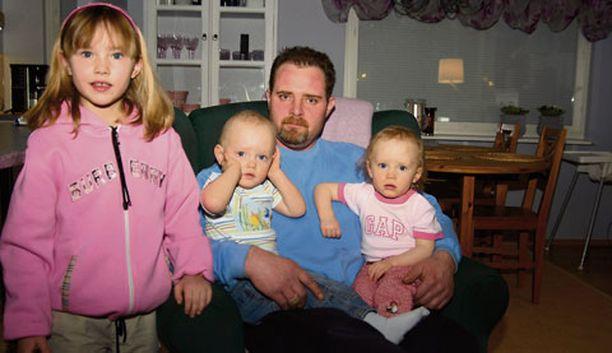 Emil ja Emma, 1 v 8 kk, selvisivät, kun isä Sauli Leino yritti taltuttaa paloa. Vasemmalla perheen tytär Frida, 5.