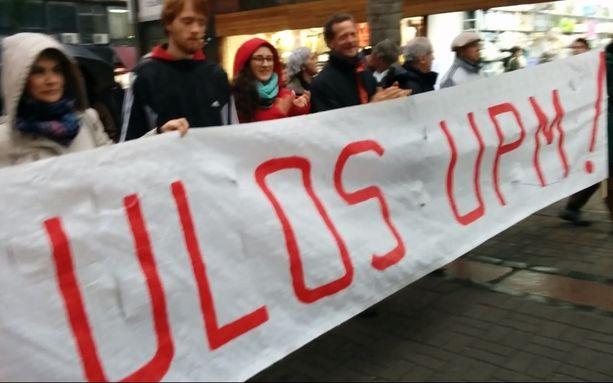 UPM:ää vastustavat aktiivit osoittivat mieltään Montevideossa kesäkuun lopulla.
