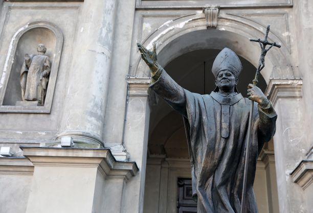 Paavi Johannes Paavali II:n patsas Varsovassa.