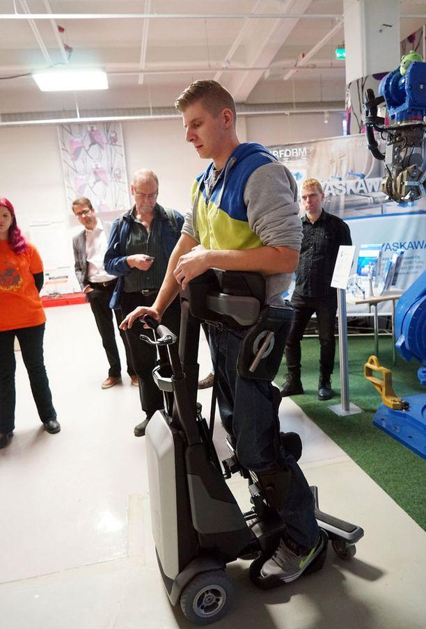 Alaraajahalvaantunut Kasperi Lehtovaara esitteli Tek RMD-laitetta Robottilaaksossa.