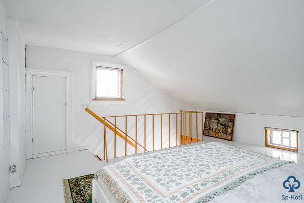 Kodin yläkertaan kätkeytyy romanttinen makuukamari. Pienet ikkunat kruunaavat tunnelman.