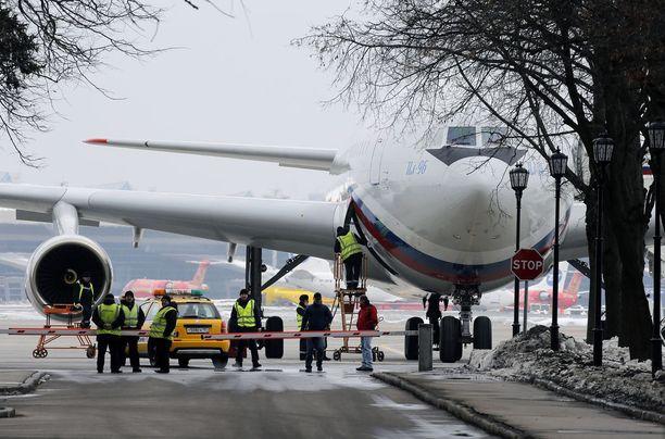 Venäläiskone kuvattuna Vnukovon lentokentällä Moskovan ulkopuolella sunnuntaina. Koneessa saapui Yhdysvalloista karkotettuja venäläisdiplomaatteja perheineen.