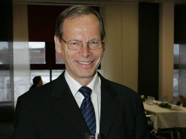 Pertti Torstila on entinen virkamies ja diplomaatti, joka teki pitkän uran ulkoministeriössä ennen kuin hänestä tuli SPR:n puheenjohtaja.