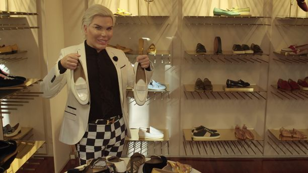 Ihmis-Ken viihtyi kenkäkaupoilla Milanossa.