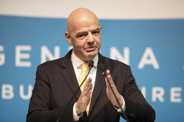 Fifan puheenjohtaja Gianni Infantino haluaa laajentaa MM-kisoja.