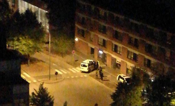 Poliisi löysi miehet lähistöltä jo samana yönä. Kassakone löytyi metsästä.