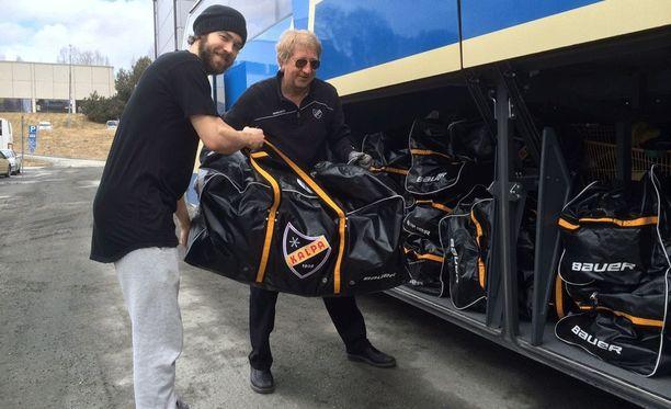 Kari Heikkinen lastasi pelikasseja bussin tavaratilaan perjantaina, kun KalPa teki lähtöä kohti Tamperetta. Jo kaksi finaalimaalia tehneellä Matias Myttysellä oli syytä hymyyn.