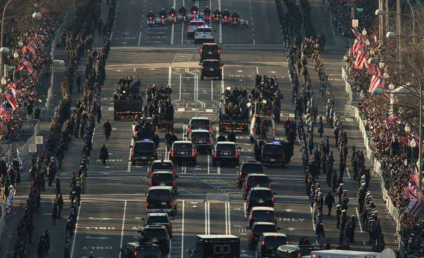 Seuraava virkaanastujaisparaati vedetään ilman veteraani Charlie Brotmania. Kuva Obaman juhlallisuuksista vuodelta 2013.
