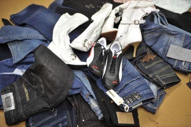 FARKKUJA Poliisi on takavarikoinut muun muassa varastetuiksi epäiltyjä farkkuja.