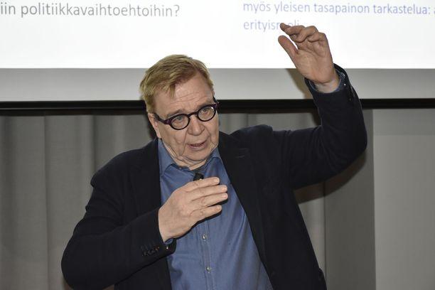 """""""Kaikki merkit viittaavat siihen, että sähköinen henkilöautoliikenne voisi toteutua. Vuosien 2023 ja 2025 välillä sähköauto tulee täysin kilpailukykyiseksi polttomoottoriauton kanssa"""", Suomen ilmastopaneelin puheenjohtaja Markku Ollikainen sanoo Iltalehdelle."""